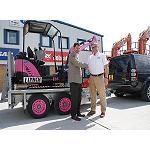 Foto de Una excavadora Bobcat recauda fondos para una instituci�n ben�fica contra el c�ncer de mama