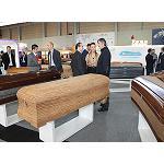 Foto de Ata�des Gallego presenta en Funergal sus nuevas arcas de corcho