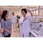 Picture of La viceconsejera de Ordenaci�n Sanitaria e Infraestructuras, Bel�n Prado, visit� el Laboratorio de Aenor donde se analizan al�rgenos
