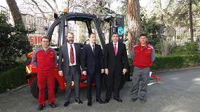 Foto de Linde Material Handling Ibérica entrega una carretilla térmica H40D al Parque de Bomberos de Madrid