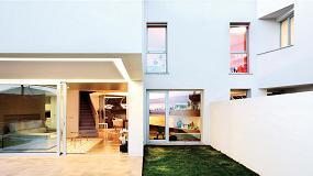 Foto de Dos viviendas adosadas abiertas al paisaje con ventanas de aluminio Technal