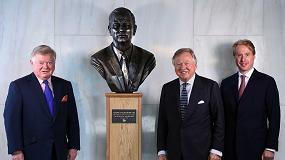 Foto de Una estatua de bronce conmemora el centenario del nacimiento de 'Mister JCB'