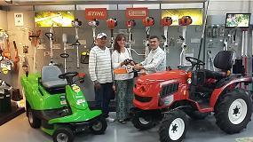Foto de Miguel Agr�cola premia a una vecina de Lugo con una motosierra Stihl