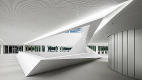Fotografia de El interior de la sede del banco HypoVereinsbank en Múnich cuenta con la estructura poligonal de Hi-Macs
