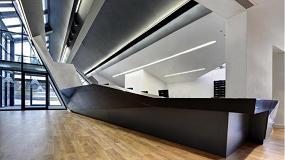 Foto de Hi-Macs ofrece un escritorio único para la recepción del Ashton Sixth Form College