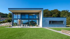 Fotografia de Casa de madera y vidrio con vista sobre los Alpes