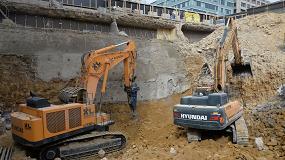 Foto de Primera excavadora de Hyundai de 120 toneladas utilizada en el mayor proyecto de demolición de Europa