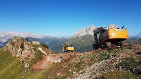 Foto de Dos excavadoras Case de la Serie D trabajan en el paso del Pordoi
