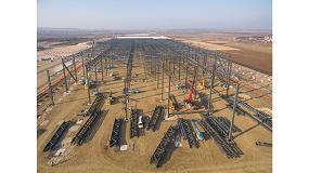 Foto de 120 plataformas telescópicas y de tijera Genie utilizadas en un proyecto en la planta de Jaguar/Land Rover en Eslovaquia