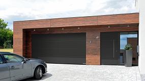 Foto de Puertas de entrada y de garaje Hörmann a juego con el estilo arquitectónico del hogar
