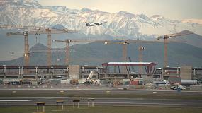 Foto de 23 grúas torre de Liebherr en la ampliación de un aeropuerto en Santiago de Chile