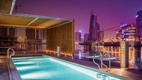 Foto de La madera termotratada Lunawood de Gabarró viste las villas flotantes del Dubai Water Canal