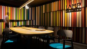 Foto de LightLAB, luz y texturas en el showroom de LAMP, con techos Armstrong