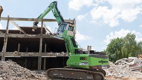 Foto de Una excavadora 830 E de Sennebogen trabaja con éxito en la demolición de un antiguo almacén de muebles