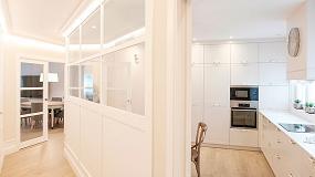 Foto de Una cocina abierta y cerrada a la vez, con molduras de Orac Decor