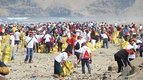 Foto de Acciona reúne alrededor de 900 voluntarios durante la jornada de limpieza en playa Cavero de Pachacútec, Perú