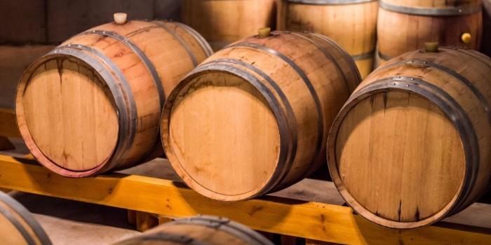 El roble como base para la crianza de vinos