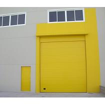 Puerta fabricada con paneles tipo sandwich