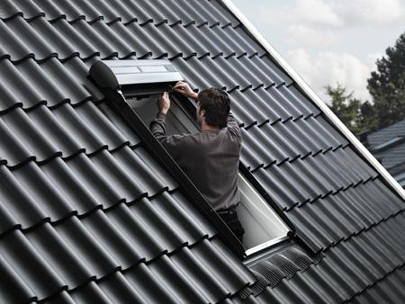 Velux rebaja el precio de su persiana de accionamiento for Store velux exterieur solaire