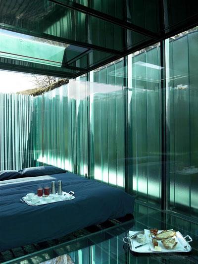 Glaverbel viste de vidrio las 5 habitaciones del hotel for Hotel con piso de vidrio sobre el mar