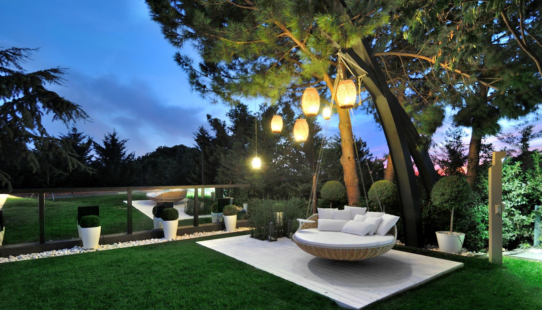Los jardines se rinden ante la iluminaci n colgante for El jardin de la maquina pozuelo
