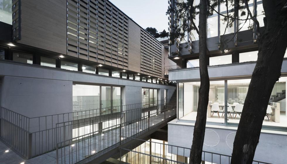 segn sus creadores la del edificio en dos volmenes responde a la necesidad de aportar iluminacin y ventilacin naturales a la mayor