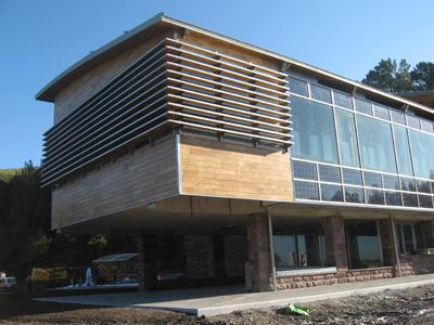 Arfrisol inaugura su tercer edificio totalmente renovable for Parasoles arquitectura