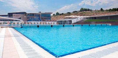 Fluidra instala la piscina ol mpica con fondo y puente for Piscina sabadell