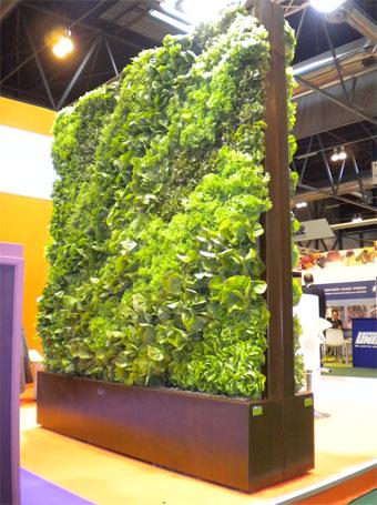 imagen jardines verticales instalados en stand comercial en en octubre de
