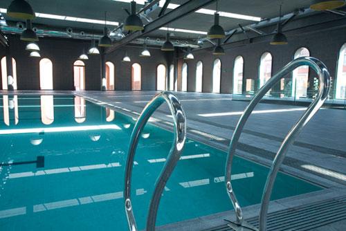 La piscina con vistas por arriba y por abajo for Piscinas bizkaia