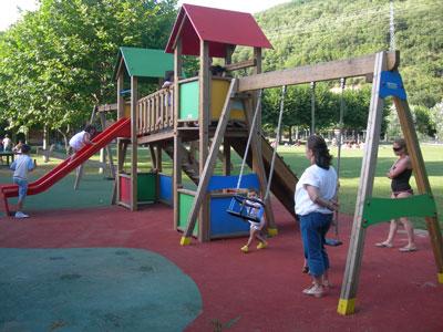 uno de los factores ms importantes para reducir las lesiones por accidente que se producen cuando los nios juegan en un parque es que la superficie del