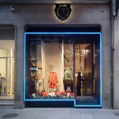 Lled ilumina la boutique jacme en ourense climatizaci n for Fachadas de almacenes modernos
