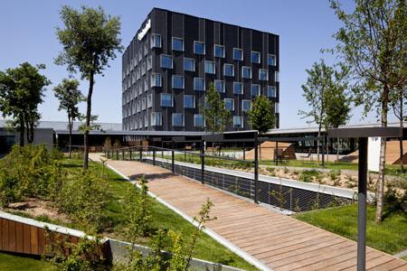 soluciones como la fachada ventilada de las oficinas que reduce el consumo energtico al ser un edificio con una fachada que lo uprotegeu de la radiacin