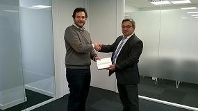Foto de Tesa Assa Abloy hace entrega de un iPad al ganador de la promoción CodeHandle