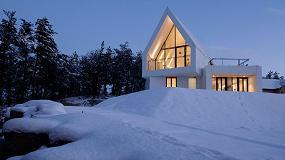 Foto de Una casa de Hi-Macs elegante y minimalista inmersa en plena naturaleza