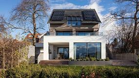 Foto de Integrar paneles fotovoltaicos en la cubierta inclinada de un edificio supone ahorros de hasta 350 euros al año por vivienda