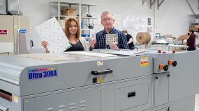 Foto de Cewe Polonia instala la máquina barnizadora acuosa Ultra para producir fotobooks y cartas de juego para niños