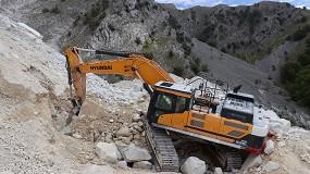 Foto de La excavadora Hyundai HX520L juega un papel importante en la cantera de mármol de Colonnata
