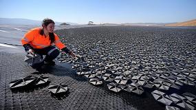 Foto de La cubierta flotante Hexa-Cover, presente en una embalse para abastecimiento de agua potable en Australia