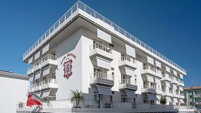 Foto de KE instala sus toldos enrollables Screeny en la renovada fachada del Hotel Granada, en Jesolo, Venecia