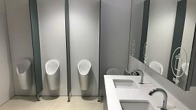 Foto de Limpeza nas casas de banho públicas com soluções sustentáveis que não poluem