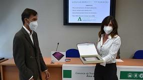 Foto de El Consorcio de Transportes de Sevilla premia a una trabajadora de ILUNION