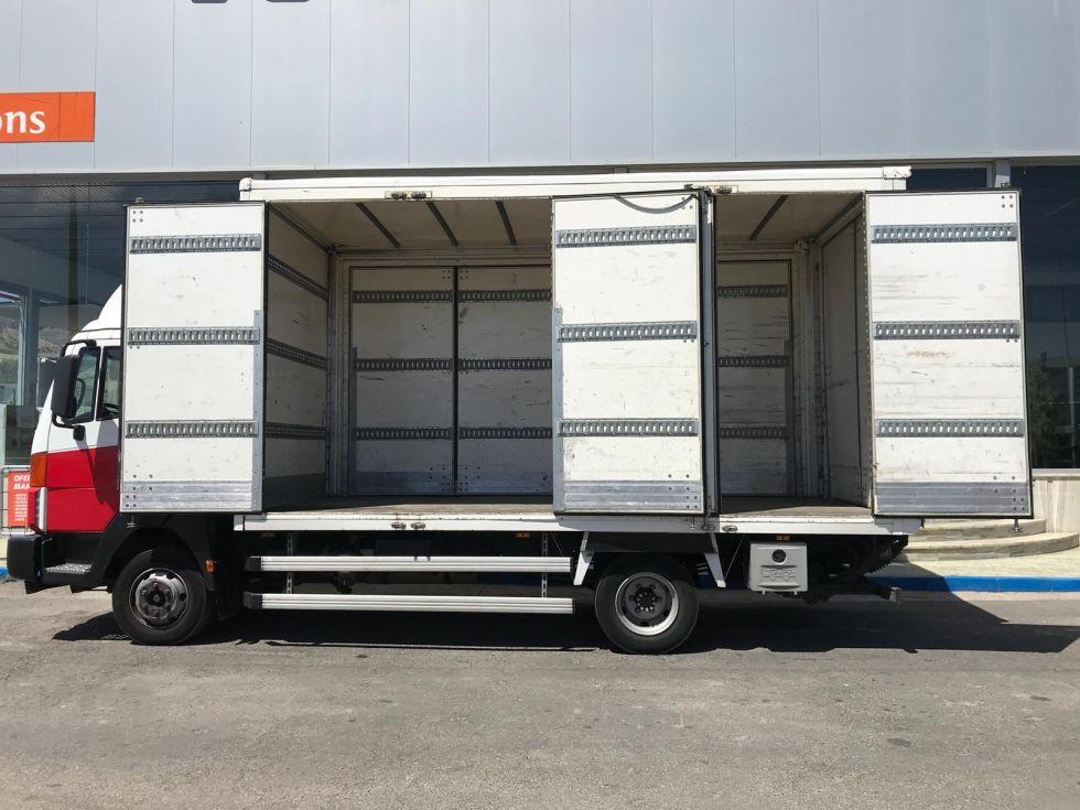 Nissan atleon 95.180. caja paquetera con plataforma. color blanco.