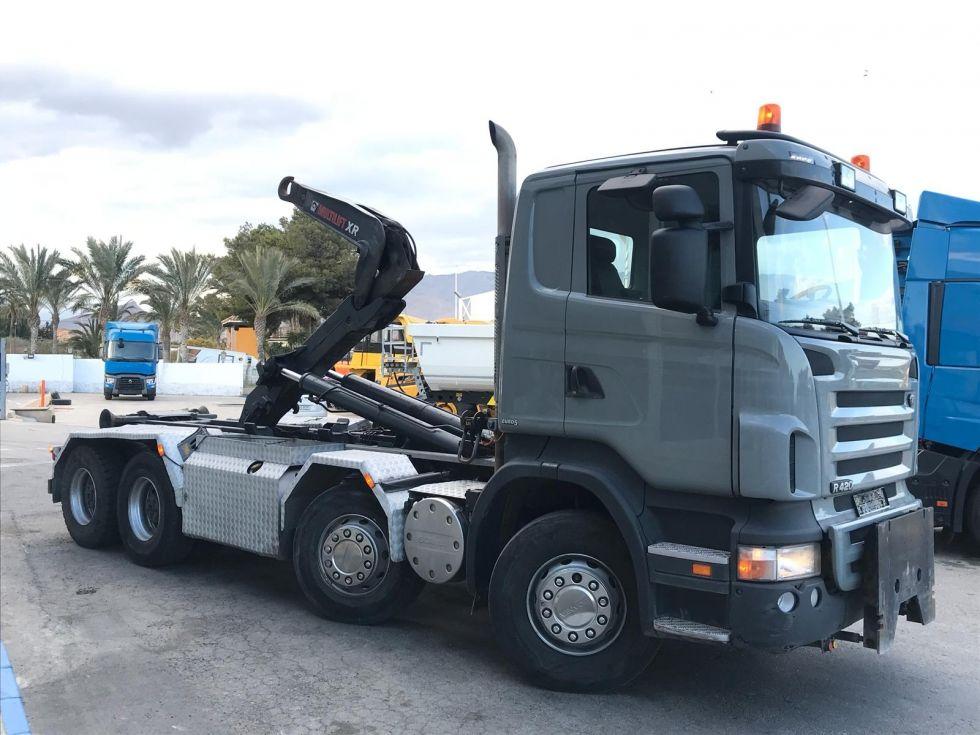 Scania r420cb 8x4. portacontenedores