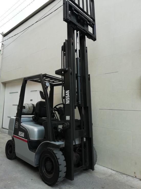 Montacargas Nissan de 2500 kilos