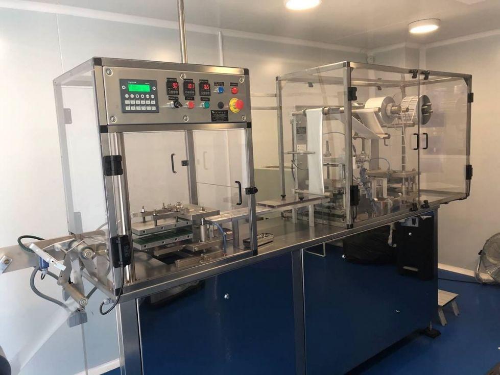 Máquina automática para el termoformado de tarrinas mediante presión de aire