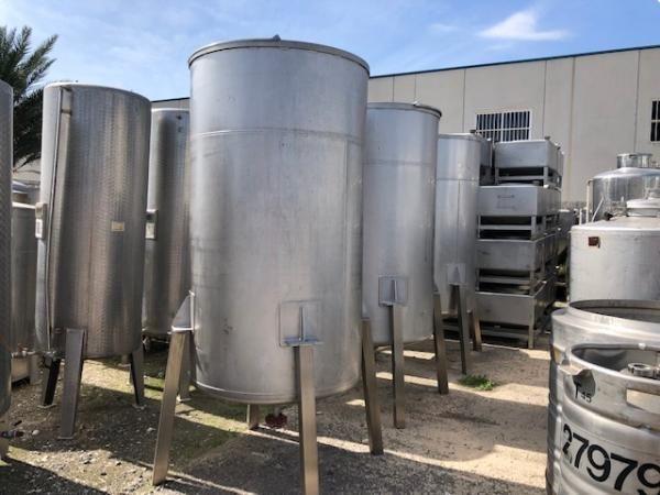 Depósito sencillo en acero inoxidable con fondo cónico y tapa superior de 2.000 litros