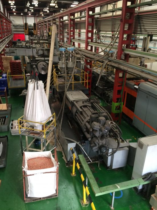 Inyectora termoplástico 2300 ton.Robot Dalmaschio.