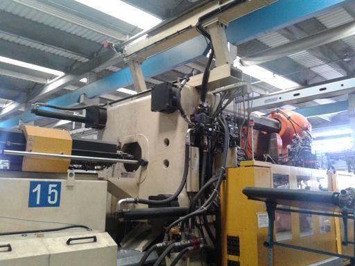 Inyectora termoplástico 2700 ton.Con doble robot