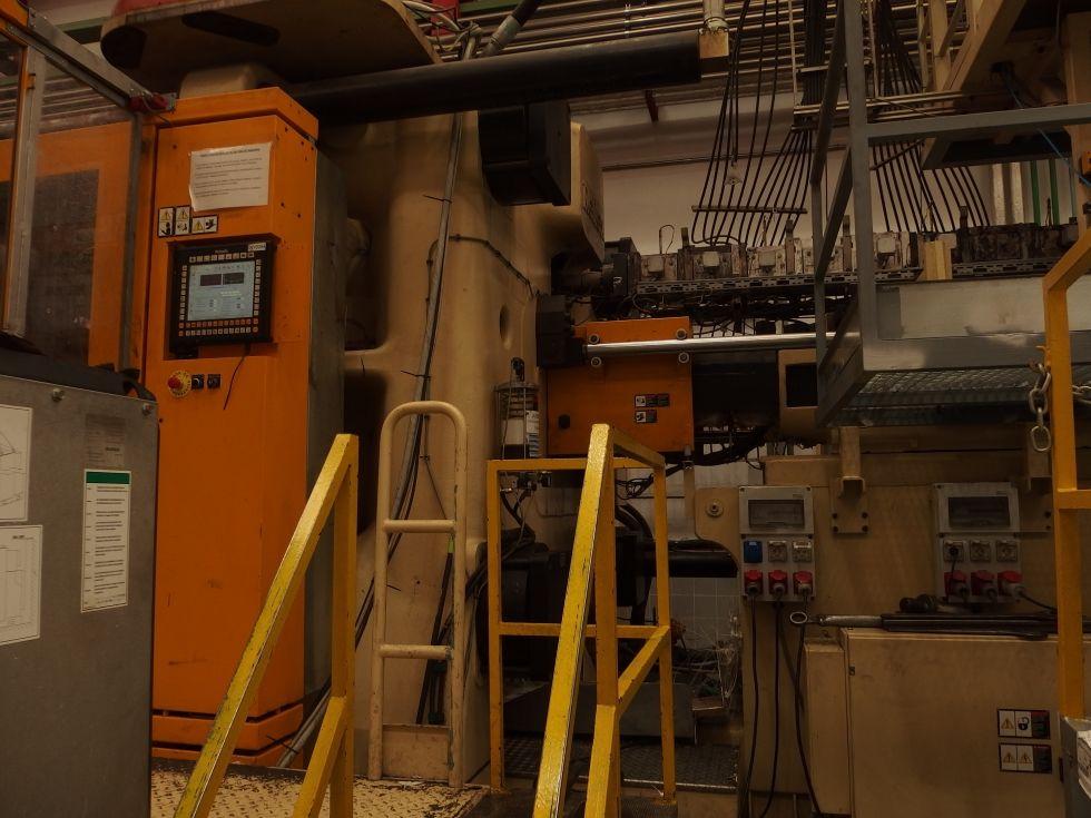 Inyectora termoplástico 2350 ton.Robot 6 ejes KUKA